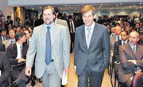 Fernández y Redrado en un encuentro reciente; el Central auxilia al Tesoro