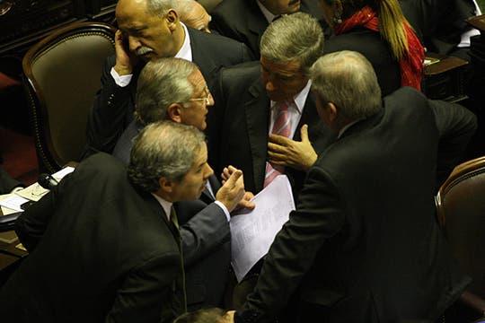 El Presidente de la Cámara, Eduardo Fellner, dialoga con Felipe Solá y otros diputados. Foto: LA NACION / Ricardo Pristupluk
