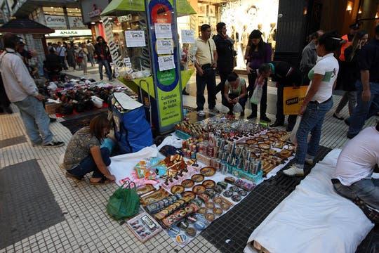 Cada vez hay más vendedores ambulantes a lo largo de toda la peatonal Florida. Foto: LA NACION / Marcelo Gómez