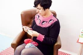 De tan retro, moderna, Alicia Roselló, la cabecilla del movimiento crochetero social