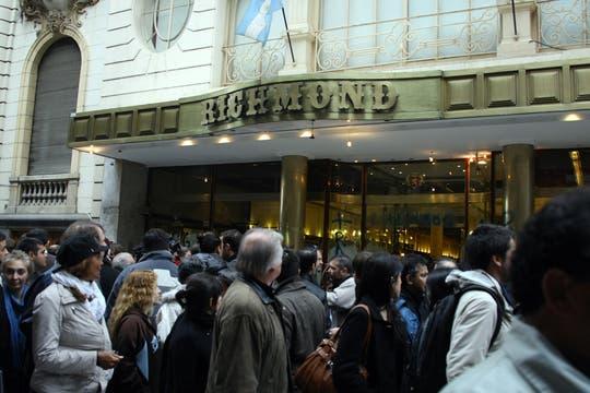 Los empleados de la Richmond tomaron el local por el cierre del café. Foto: LA NACION / Sebastián Rodeiro