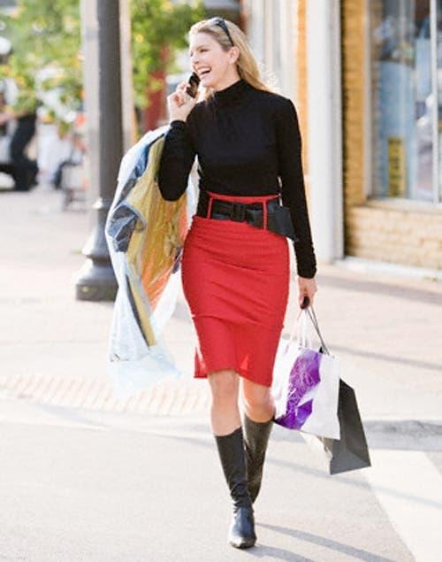 Las faldas tubo, acentúan las curvas y, aunque parezca contradictorio, estiliza la figura. Foto:Archivo /Corbis