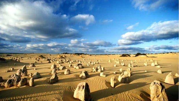 Los peculiares picos del Parque Nacional Nambung en Australia, se formaron hace unos 30.000 años. Foto: BBC Mundo
