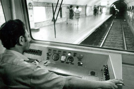 El conductor maneja la formación que ingresa a la estación; enero de 1983.. Foto: Archivo