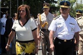 Nilda Garré junto Alejandro Di Nizo al llegar al acto de egreso de personal de seguridad en Lugano