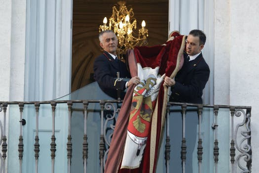 Miembros de la residencia papal recogen la bandera del último discurso público. Foto: AP
