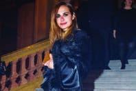Lunes 6, por la noche. Con vestido y guillerminas de Evangelina Bomparola, Natalia posó en la escalera del Colón. Si bien vio la ópera junto a un amigo de toda la vida, juró que está sola. Arriba: en una instantánea junto a Pablo Pirillo, el hombre que eligió para formar su familia y de quien se s