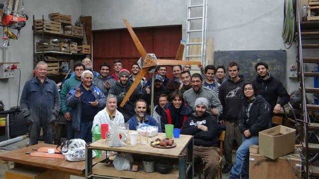 Ingenieros, técnicos locales, estudiantes y beneficiarios fabricaron un aerogenerador en el Centro Atómico Bariloche