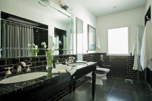 Dos estilos para un baño en blanco y negro