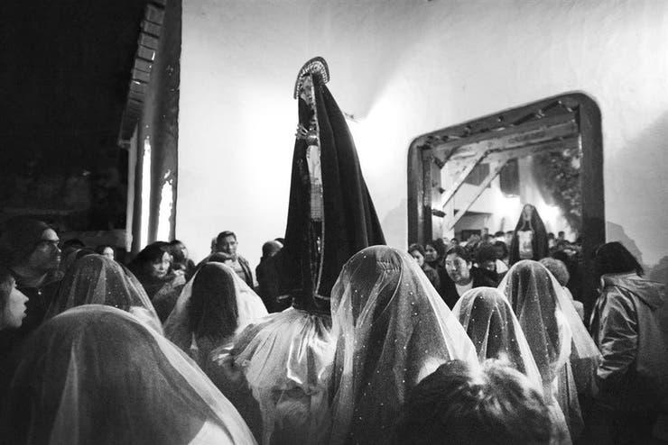 Presencias fantasmales. Las lloronas, mujeres cubiertas con tules blancos, cargan al Jesús desclavado y otras imágenes durante un viacrucis de 14 estaciones por las calles del pueblo