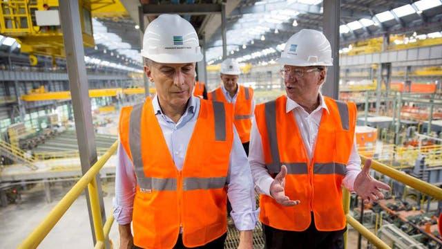 Mauricio Macri recorriendo la planta de Tenaris junto a Paolo Rocca, CEO del grupo Techint. Foto: DyN / Presidencia