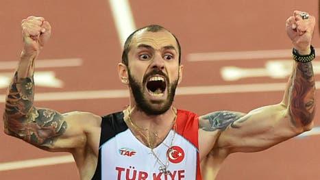 Guliyev celebró su victoria en los 200 metros con las banderas de Azerbaiyán y Turquía