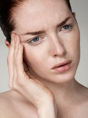 Cómo borrar el ceño fruncido con ejercicios faciales