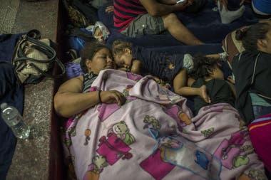 Marroquín duerme acompañada de Dariana y Sofía