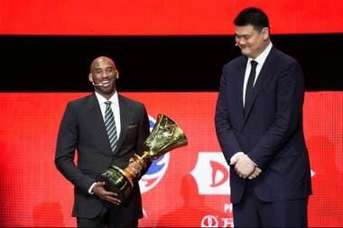 Kobe Bryant con Yao Ming, durante el sorteo