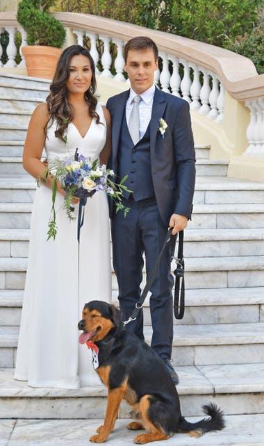 Emulando la foto con la que Andrea Casiraghi y Tatiana Santo Domingo marcaron su matrimonio civil junto a su boston terrier, Daphne, los recién casados también posaron con su perro Pancake -vestido de etiqueta- en la escalinata de palacio presidida por el escudo de los Grimaldi