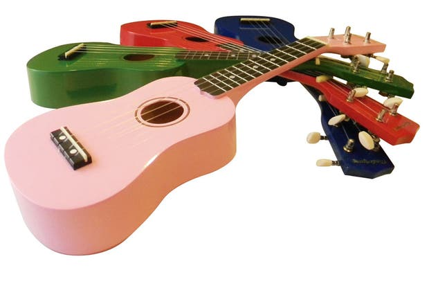Ukeleles de colores (Ukelele Rodríguez, $297) ideal para dar los primeros pasos musicales.