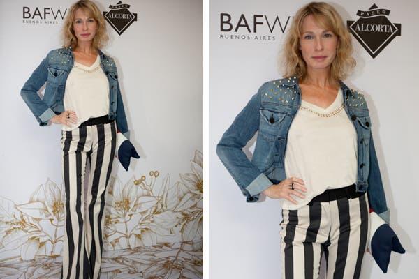 Gloria Carrá con campera de jean con tachas, remera básica con tachas, pantalones oxford a rayas blanco y negro y sobre azul, blanco y rojo. ¡Un look raro, pero cierto! Foto: Mass Group PR.
