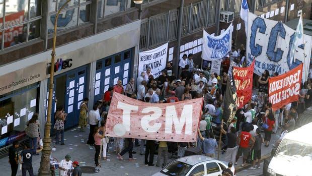 Intervención. Protesta de trabajadores del Indec, una imagen que se repitió a lo largo de la década en que las estadísticas del organismo fueron manipuladas u ocultadas