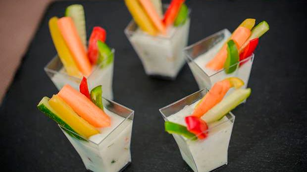Bastoncitos de zanahoria, zuchini y morron con salsa tzatziki