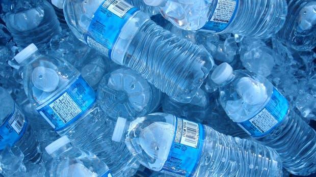Los argentinos tomamos, en promedio, 2,3 litros de agua por día