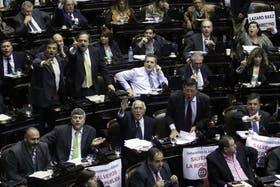 Escándalo en la Cámara de Diputados; gritos y forcejos en la votación en particular de la reforma del Consejo de la Magistratura