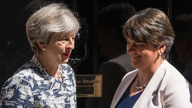 Theresa May hace un pacto con un partido de Irlanda y consigue la mayoría para formar gobierno