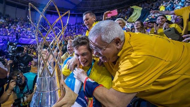 El argentino Nicolás Richotti festeja con los hinchas en la platea