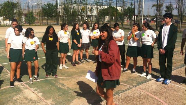 Formación universitaria: Abigail Fernández (campera roja) dicta un taller a otros jóvenes