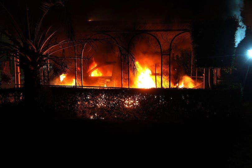 El consulado estadounidense en Benghazi, en llamas. Foto: AFP