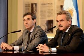 Florencio Randazzo y Agustín Rossi durante el anuncio del convenio en Casa Rosada