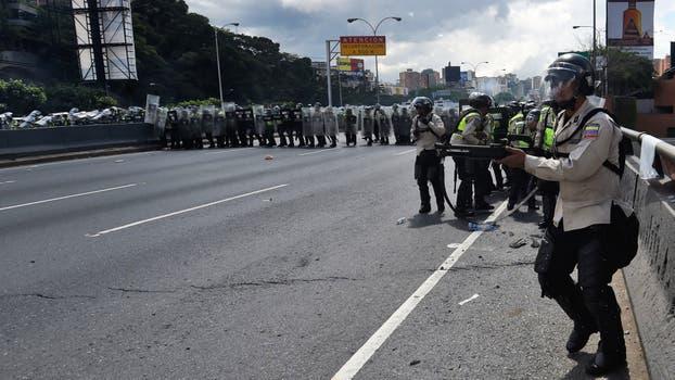 La policía enfrenta a los seguidores de la oposición. Foto: AFP / Juan Barreto