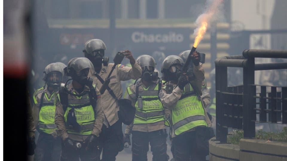 La policía dispara gases contra los manifestantes opositores. Foto: Reuters / Marco Bello
