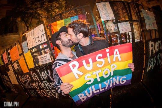 Una besada pública de homosexuales expresó el repudio a la política de Putin. Foto: Facebook/damhidalgo