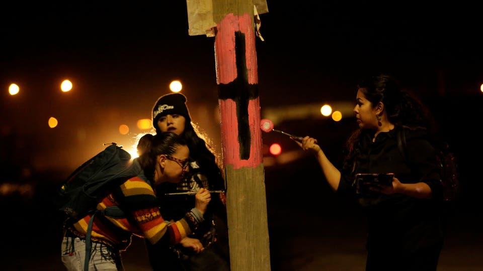 En Ciudad Juarez, México, pintan cruces negras sobre fondos rosas para recordar a las mujeres asesinadas o desaparecidas. Foto: Reuters / José Luis González