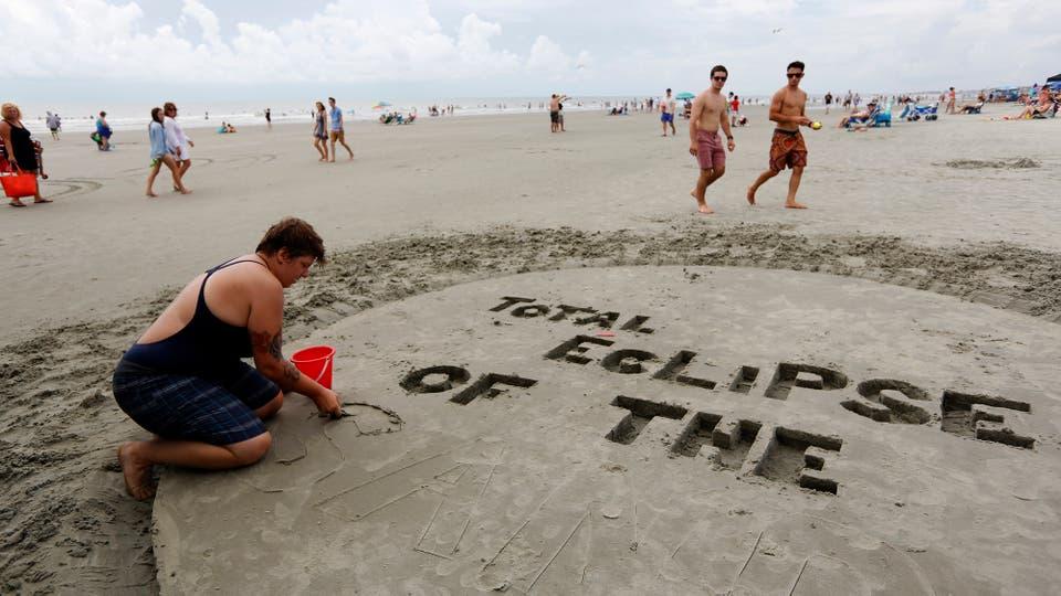 Asheville, Carolina del Norte, una inscripción en la arena antes de la llegada del eclipse. Foto: AP