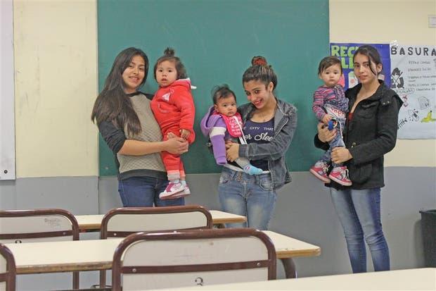 Lourdes, Agustina y Araceli (de izq. a derecha) asisten a la Escuela de Educación Media N° 3, del barrio de La Boca