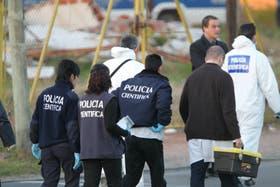 Integrantes de la Policía Científica, en el lugar donde se produjo el hallazgo del cuerpo