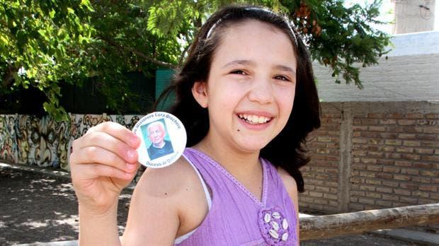 Camila, el año pasado, con una imagen del cura canonizado