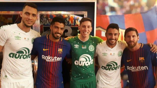 Neto, Follman y Ruschel, sobrevivientes de la tragedia de Chapecoense, posan con Luis Suárez y Messi