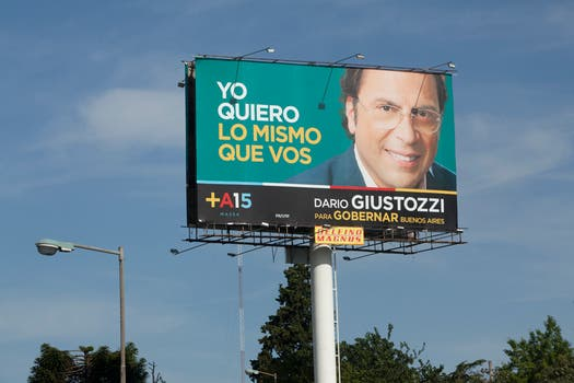 Giustozzi es uno de los candidatos massistas con más carteles en los accesos a la ciudad. Foto: LA NACION / Matias Aimar