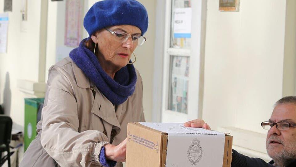 Un señora en La Plata fue de las primeras en emitir su voto. Foto: LA NACION / Santiago Hafford