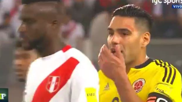 Falcao habla con los jugadores peruanos
