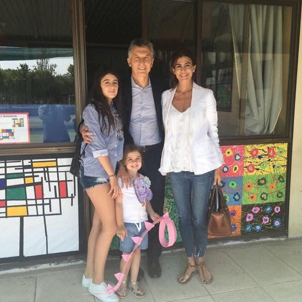 El Presidente difundió una foto familiar el último día de clases de su hija Antonia