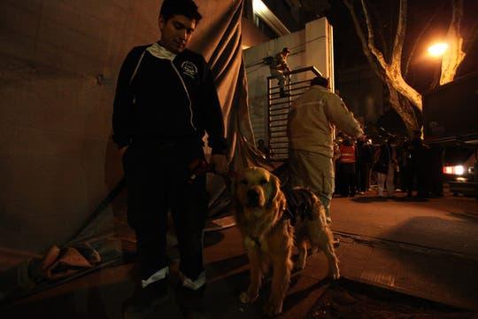 Bomberos y rescatistas trabajan incansablemente buscando vida entre los escombros. Foto: LA NACION / Ezequiel Muñoz