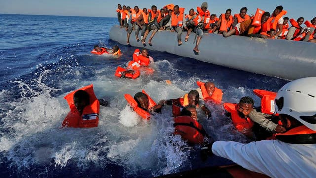 Un grupo de inmigrantes con chalecos salvavidas, listo para subir al bote de rescate, cuando de repente, uno de ellos resbaló y cayó en el mar, teniendo otras 10 con él