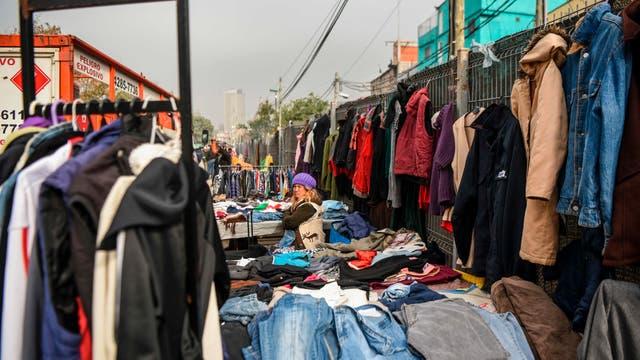 Una mujer vende ropa en un mercado callejero de la villa Villa 31 en Buenos Aires, Argentina,