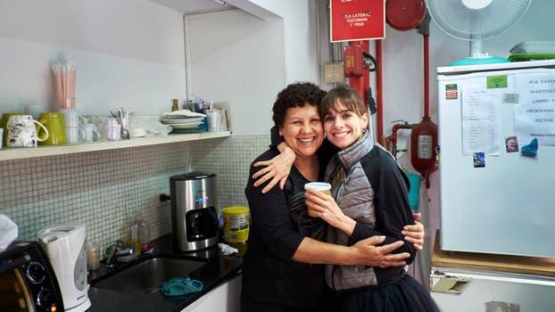 """Con Graciela, la """"camarinera"""" del primer piso, que prepara la ensalada de frutas en el merecido descanso del mediodía. Foto: LA NACION / Hernán Zenteno"""
