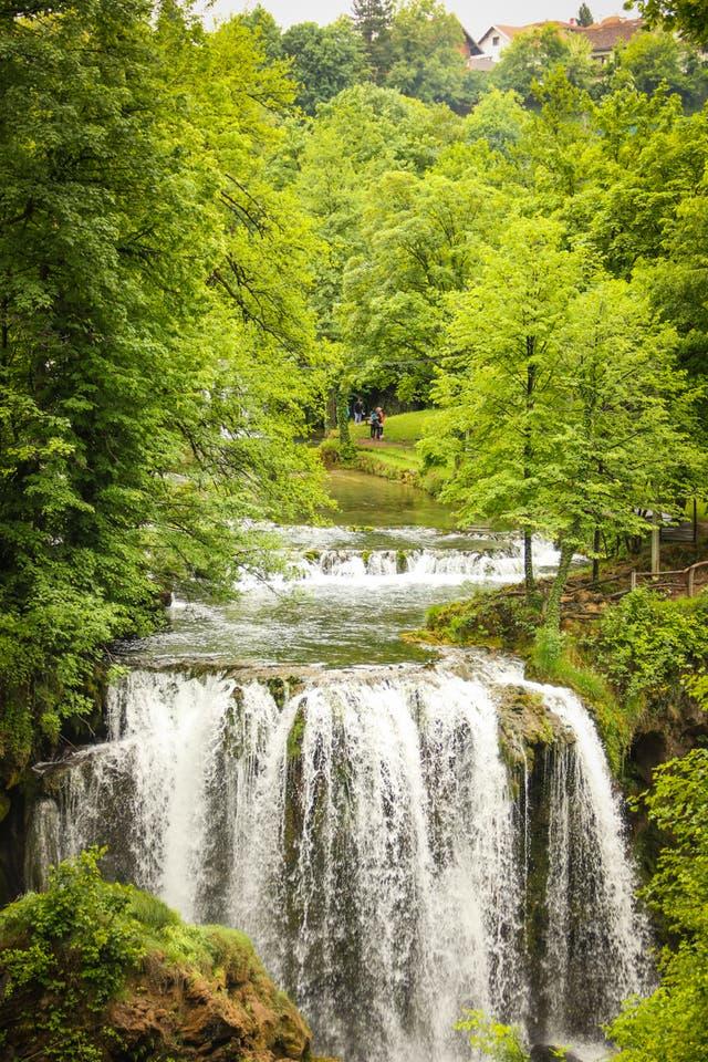 Rastoke, el pueblo de las cascadas, se encuentra en el camino entre Zagreb y Split. Los cursos de agua bajan desde las montañas y pasan entre las viviendas familiares; en muchas casas se utiliza la corriente del río en el funcionamiento de molinos. Hay hoteles y restaurantes para recibir al turismo