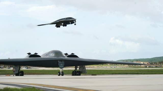 Un bombardero B-2 Spirit desplegado desde la Base de Whiteman, Missouri, despega de la pista detrás de otro B-2 en la Base de la Fuerza Aérea de Andersen, Guam. El 24 de agosto de 2016.